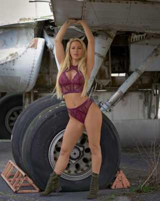 💁🏼♀️SWIPE💁🏼♀️ My other job is being an airplane mechanic… Just kidding 📸 @nashvillephotographer